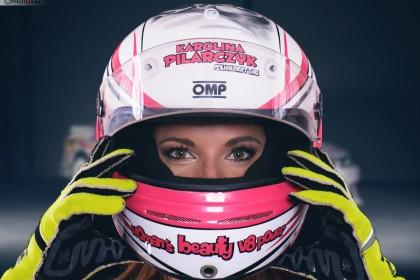 Piękna kobieta i szybki samochód czyli kobiecość w ekstremalnym wydaniu.