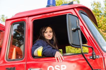 Ten strażak jest kobietą.