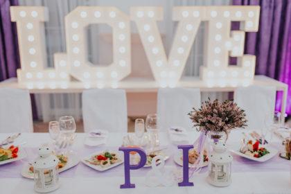 Atrakcje na przyjęciu weselnym – czy warto zaskoczyć gości niespotykanym pomysłem?