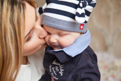 Prawo mamy do świadczenia rodzicielskiego, czyli tzw. kosiniakowe