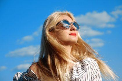 Czy lato to dobry czas na zabiegi medycyny estetycznej? Których zabiegów unikać, a które są dobre dla naszej skóry?