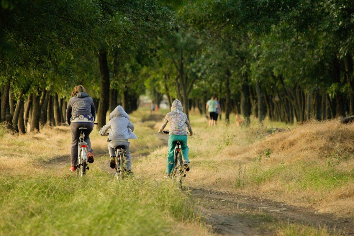 Kodeks młodego cyklisty – 7 rzeczy, o których musimy pamiętać, zabierając dziecko na wycieczkę rowerową