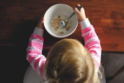 Jedzenia trzeba się nauczyć. Czy wiesz jakie są prawidłowe etapy w rozwoju umiejętności jedzenia u Twojego dziecka?